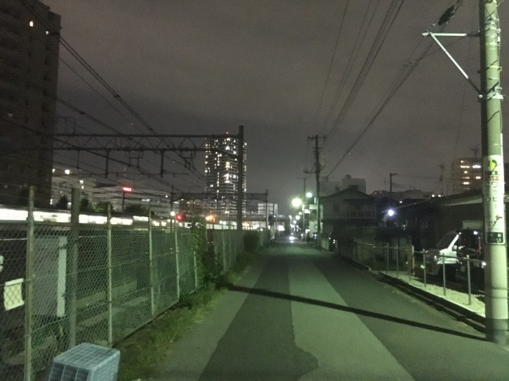 東口線路沿い