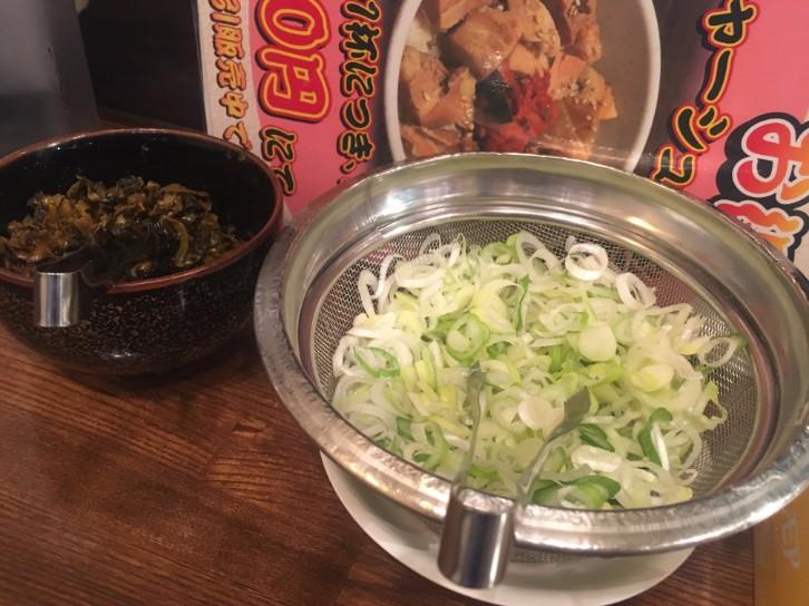 百歩ラーメン:ネギと高菜