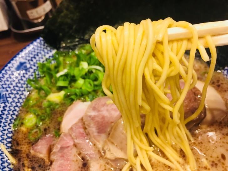 贅沢黒豚骨ラーメン 麺